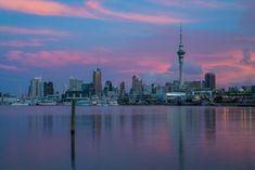 Auckland: La mezcla de culturas ancestrales y modernas, el cruce de culturas europeas y de las Islas del Pacífico dan a las ciudades de Nueva Zelanda un singular encanto cosmopolita.  Puedes elegir entre cuatro programas diferentes combinando clases de inglés,  actividades y excursiones,  estancia de familia, inmersión total en familia,  y voluntariado
