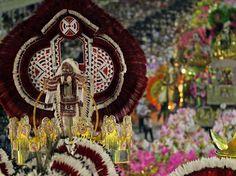Carnaval 2012 - Destaque da Mangueira com fantasia de cacique no Sambódromo do Rio de Janeiro.