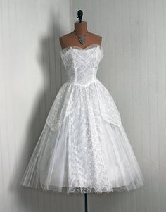 1950's Vintage Crisp-White Embroidered Tulle-Couture Sweetheart Low-Cut Strapless Ballerina-Cupcake Rockabilly Full Circle-Skirt Party Dress