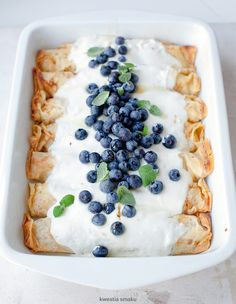 Peach-and-Cheese-Filled Crepes with Blueberry and Cream Topping (recipe in Polish) Delicious Breakfast Recipes, Brunch Recipes, Dessert Recipes, Desserts, Baked Pancakes, Pancakes And Waffles, Brunch Items, What's For Breakfast, Pudding