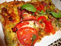 Zvířátkový den - Cuketová pizza - 1 středně velká cuketa,1 vejce, 100 g tvrdého sýru. Cuketu nastrouháme nahrubo, posolíme a necháme 15 minut odstát. Pak ji pořádně vymačkáme od přebytečné vody, přidáme nahrubo nastrouhaný sýr a vejce. Dáme na pečící papír potřený trochou olivového oleje na 10-15 minut na 180 °C. Vyndáme potřeme kečupem, posypeme oreganem, poklademe tím co máme rádi a necháme ještě cca 10-15 minut zapéct Delena, Vegetable Pizza, Zucchini, Low Carb, Vegetables, Fitness, Food, Hokkaido Dog, Food Recipes