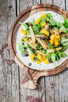 Spargelwraps mit Mango, Gurke, Kresse und Knoblauch-Zitronen-Dressing | schmecktwohl.de