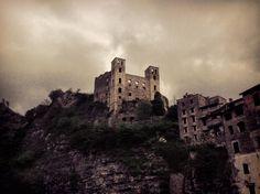 Vista suggestiva del castello dal ponte di pietra. Il Castello dei Doria è l'ultima tappa del percorso
