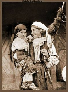 1930 Women with child in Transylvania. Frankenstein Costume, Young Frankenstein, Countries Europe, Extraordinary People, World Cultures, Fashion History, Romania, Old Photos, Folk Art