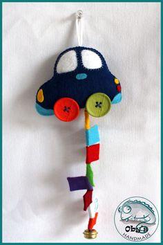 Macchinina o trenino in feltro, con sonaglino e bandierine per stimolare l'attenzione e la motricità del bebè on Etsy, 15,00€