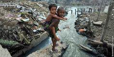 ¿ Acabara el hombre con la Tierra ? .... (Niños jugando en un río contaminado)
