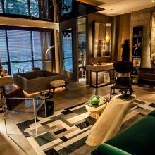 A sala de banho de 61m², assinada por Osvaldo Tenório, é confortável e apresenta tons amadeirados na decoração.