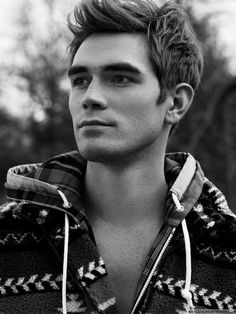 The Auckland sensation who plays Archie Andrews in the CW's Riverdale won't be cut down Archie Andrews Riverdale, Riverdale Archie, Kj Apa Riverdale, Riverdale Cast, Riverdale Netflix, Vanessa Morgan, Beautiful Boys, Pretty Boys, Flaunt Magazine