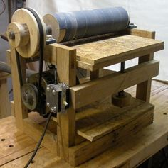 """piner said: """"Benchtop Thickness Sander: i've been thinking of making one for a while. This one is CRAZY basic, but shows what corners can be cut and still work Learn Woodworking, Woodworking Plans, Woodworking Projects, Homemade Machine, Woodshop Tools, Diy Shops, Home Workshop, Homemade Tools, Wood Tools"""