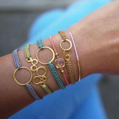 De fins bracelets en macramé