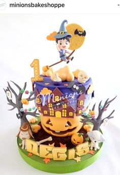 Halloween Halloween Cartoons, Halloween Cakes, Disney Halloween, Halloween Party, Cake Topper Tutorial, Cake Toppers, Biscuit, Minions, Photo And Video