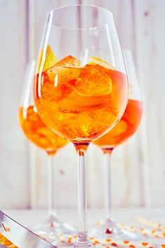 The recipe for Spritz, the Italian Cocktail with bitter orange, Italian Cocktails, Bourbon Cocktails, Vodka Drinks, Cocktail Drinks, Fun Drinks, Yummy Drinks, Cocktail Recipes, Alcoholic Drinks, Italian Recipes
