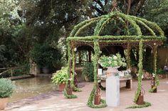 El gazebo de boj que colocamos en la boda de Aya & Adam el pasado 8 de julio en @bellreco en Barcelona. Magnífica boda de @tuccoweddingsanduniqueaffairs magníficas imágenes de @victoralaez . . . . . . . #ayadam2017 #lebanesewedding #lebaneseweddings #lebaneseweddingdecor #indianwedding #pedronavarroweddings #destination wedding #weddindday #wedding2017 #weddingstyle #weddinddecor #bodas2017 #decoracion #luxury #luxuryweddings #mirror #gazebo