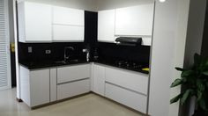 El tono blanco de la cocina con lineas limpias y modernas genera  un ambiente agradable para esta casa ubicada en Jamundi, Colombia