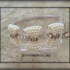 Muita sofisticação e luxo nessa tiara com laços de pérolas e strass! Sua\u2026