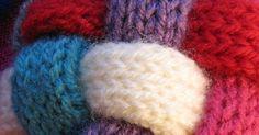 Speel-Bal breien: Wat heb je nodig: * Restjes wol * 2 Bierviltjes * Stopnaald  Brei 6 lapjes in tricot steek oftew... Binky, Baby Born, Baby Knitting, Winter Hats, Quilts, Design, Home Decor, Objects, Tejidos