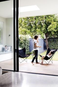 Timber deck, integrated seating, inviting space, clean lines From the September 2015 issue of Inside Out magazine. Styling by Joseph Gardner. Photography by Prue Ruscoe. Indoor Outdoor Living, Outdoor Areas, Outdoor Rooms, Outdoor Furniture Sets, Outdoor Decking, Outdoor Sofa, Patio Interior, Interior And Exterior, Style At Home