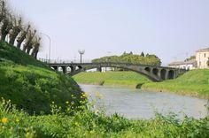 Nel giugno del 1944 i tedeschi, per ritorsione al rapimento di tre soldati da parte dei partigiani, catturarono 33 civili nei Comuni di Cannara e Bevagna, minacciando di ucciderli se i soldati non fossero stati rilasciati. L'accaduto terminò con la liberazione dei civili e la ritirata dei tedeschi che, nella fuga, minarono il ponte sul fiume Topino dividendo il paese a metà. Il ponte venne poi costruito dal Genio Civile nel 1945. #UmbriaInPin #Umbria