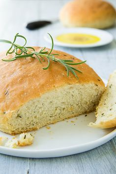 Copycat Macaroni Grill Rosemary Bread – tastes just like theirs. Don't forge… Copycat Macaroni Grill Rosemary Bread – tastes just like theirs. Don't forget the peppery olive oil dip. Scones, Copycat Recipes, Bread Recipes, Cooking Recipes, Fish Recipes, Foccacia Recipe, Breadstick Recipe, Rosemary Bread, Cake