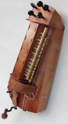 Hurdy-gurdy: prije 13. st bio je instrument za dva čovjeka, sličan fiddlu čije je gudalo zamijenjivao kotač. Ukoliko je ugodba bila u kvintama i oktavama, svirao je strogi paralelni organum. Nakon 13. st građen je tako da ga svira jedna osoba i postaje idealan za plesnu glazbu. 3 žice su bile norma, u 14. st. 4 ili 5.