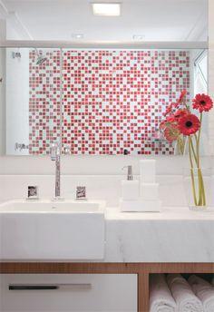 Banheiros pequenos, mas com espaço para tudo. Vermelho e branco é ousado para banheiro já que o usual é azul ou verde.