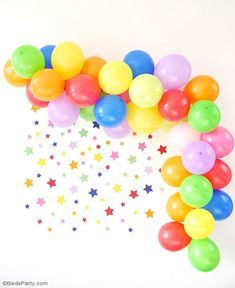 How To DIY a Balloon Garland - an easy craft tutorial project to make to help decorate parties, birthdays, weddings, photo-booths or any celebration! Birthday Party Decorations Diy, Party Centerpieces, Diy Birthday, Party Themes, Ideas Party, Halloween Balloons, Birthday Balloons, Balloon Garland, Balloon Decorations