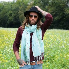 618eac892997 L homme qui porte une écharpe dégage quelque chose de plus chaleureux et  généreux. Découvrez les foulards imprimés en over size légers et aériens  pour des ...
