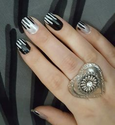 Black on white and white on black nailpolish. Contrast and fancy nails for a party.