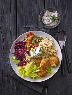 Orientalische Bowl mit Falafel und Joghurtsauce Oriental bowl with falafel and yoghurt sauce Easy Dinner Recipes, Healthy Dinner Recipes, Vegetarian Recipes, Easy Meals, Salmon Recipes, Asian Recipes, Falafels, Vegetarian Lifestyle, How To Cook Pasta