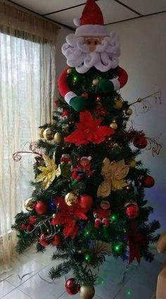 Haz un lindo muñeco de santa claus para tu árbol de navidad Christmas Tree Themes, Holiday Tree, Xmas Tree, Christmas 2019, Christmas Lights, Christmas Holidays, Christmas Wreaths, Christmas Crafts, Christmas Ornaments