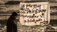 """bid voor Deir al Zor staat er op dit spandoek/Het door de staat gecontroleerde Syrische persbureau SANA meldt dat het bloedbad dat terreurgroep IS in het oosten van Syrië heeft aangericht, in de plaats Deir al-Zor, veel omvangrijker is dan eerder gedacht. Het dodental zou zijn gestegen naar 300. Het persbureau spreekt van """"een verschrikkelijke slachtpartij"""". Hoe betrouwbaar de nieuwe cijfers zijn is onduidelijk."""