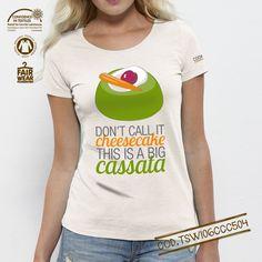 T-shirt donna Bio linea #cooking Soggetto: Cassata Colore: Vintage White Girocollo ampio, collo sottile a coste 1x1 con fettuccia. Orlo inferiore leggermente ricurvo e manica con cucitura nascosta. Modello: Medium Fit Single Jersey 100% cotone biologico pettinato -Slub 120 g/mq