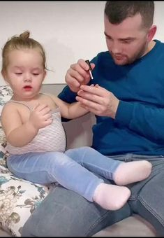 Cute Kids Photos, Cute Baby Girl Pictures, Cute Baby Boy, Cute Little Baby, Little Babies, Baby Girl And Dad, Father And Baby, Baby Girl Images, Cute Funny Baby Videos
