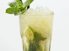 Caipirinha is a recipe with fresh ingredients from the category of tropical fruit. Try this and other recipes from EAT SMARTER! Fun Cocktails, Summer Drinks, Cocktail Drinks, Cocktail Recipes, Pisco Sour, Smoothies For Kids, Easy Smoothies, Caipirinha Cocktail, Smash Recipe