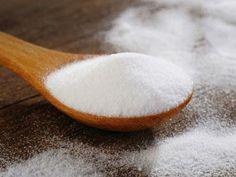 3. Bicarbonato de sódio Você usa para: clarear os dentes  Muitos dentistas recomendam o bicarbonato de sódio para remover manchas superficia...