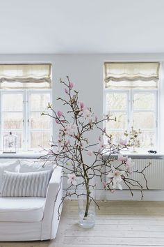 On The Net Landscape Design And Style - The New On-line Tool That Designers Are Flocking To For Landscape Designs How Stunning Is This Huge Magnolia Branch Inside The House? Magnolia Branch, Sweet Home, Branch Decor, Deco Floral, Home Design, Home And Living, Interior Inspiration, Planting Flowers, Home And Garden