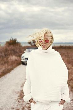 Muito estilo para o inverno: suéter branco e óculos maravilhosos