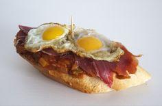 Tapas - pisto con jamón serrano y huevos fritos