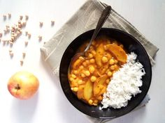 Vegan Apple and Chickpea Curry. Vegan fruity and spicy apple and chickpea curry made with coconut milk. Vegetarian Main Dishes, Best Vegetarian Recipes, Vegetarian Soup, Curry Recipes, Indian Food Recipes, Healthy Recipes, Vegetarian Cooking, Vegan Food, Diet Recipes