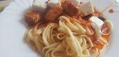 Spaghete cu carne de porc, sos de roșii și brânză Feta deasupra! Feta, Ethnic Recipes, Pork