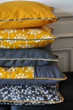 L'emplacement de l'éclairage I like a lot indigo with this yellow. And the Jotta Landsdotter fabric, of course! Diy Pillows, Decorative Pillows, Diy Kleidung, Textiles, Creation Couture, Couture Sewing, Scatter Cushions, Mode Inspiration, Soft Furnishings