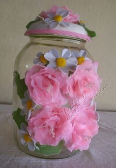 Pote de vidro com capacidade para 2,5 L. todo decorado com lindíssimas rosas de biscuit. Uma ótima opção para presentes.