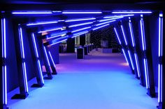 Matching the blue used in the Turner Media Plus graphics, Triton Productions fashioned a brightly illuminated entrance tunnel that led to the reception inside Jazz at Lincoln Center's atrium. Exhibition Stand Design, Exhibition Booth, Exhibition Ideas, Bühnen Design, Booth Design, Event Design, Design Ideas, Event Lighting, Neon Lighting