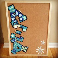 Comprar un mini tablon de corcho y decorar con las letras ESP en vez de esas para poner fotos de mi familia y amigos