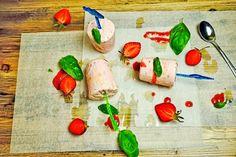 Erdbeeren-Joghurt-Eis mit Holunderblüten-Sirup, Basilikum und Olivenöl