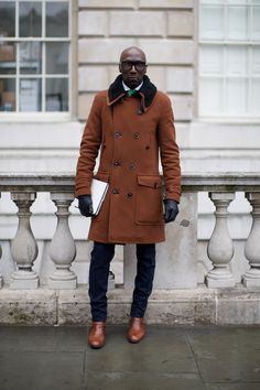 Un beau manteau dans les tons ocres porté avec des boots assortis, un pantalon et des gants noirs #style #menstyle #menswear #mensfashion #steetstyle #chic #dandy #coat #winter #boots #shoes #menshoes #look #mode #homme