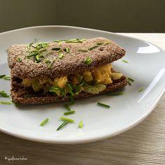 Praženica z domácich vajíčok na cibuli v ražnom chlebe ozdobené pažítkou www.spalovnatukov.sk