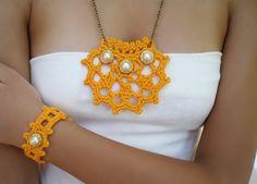 Elegante y romántico conjunto de colgante collar y pulsera de #crochet diseño original de DIDIcrochet, €23.00 #crochetnecklace #crochetshop #boho