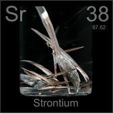 Estroncio Símbolo: Sr   Estado: Solido Al contacto con el aire, se inflama espontáneamente. Se utiliza como fuente de energía para generadores termo eléctricos, y para medir los neurotransmisores de las neuronas. Descubierto en 1790 por Adair Crauford.