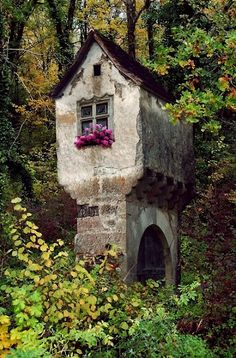 Just imagine spending time here creating art and writing...ahhh what a lovely thought. Photo from Castles, Crowns and Cottages